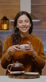 Świąteczna kobieta rozmawiająca podczas wideokonferencji z rodziną