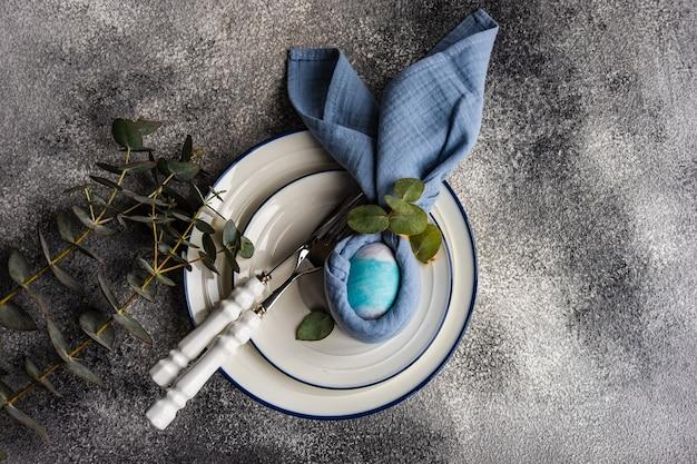 Świąteczna kolacja wielkanocna nakrycie na betonowym stole z miejsca na kopię