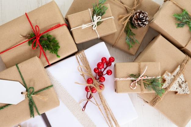 Świąteczna kolekcja prezentów w stylu rustykalnym z metką na święta bożego narodzenia i nowy rok. widok z góry.