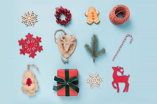Świąteczna kolekcja z płatkami śniegu, reniferami, laską cukrową, wieńcem. szablon, projekt. leżał płasko. widok z góry.