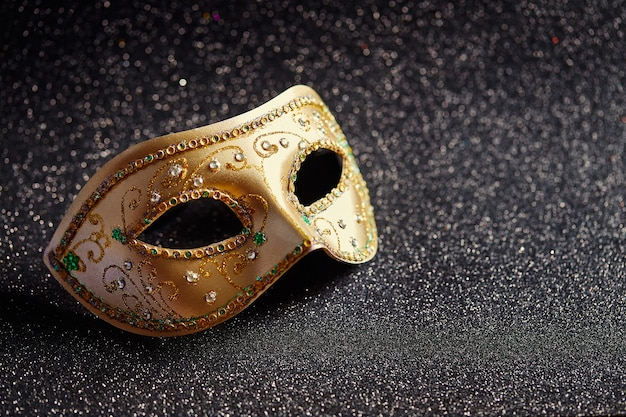Świąteczna kolorowa maska mardi gras lub karnawałowa na brokatowym czarnym tle maski weneckie zaproszenie na przyjęcie karta z pozdrowieniami wenecki karnawał koncepcja obchodów