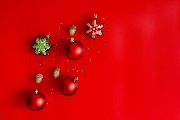 Świąteczna kompozycja: czerwone, złote i zielone dekoracje na czerwono