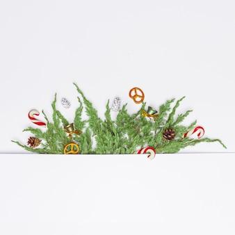 Świąteczna kompozycja iglastych gałęzi, ozdób i słodyczy. leżał płasko. widok z góry koncepcja natura nowy rok. skopiuj miejsce
