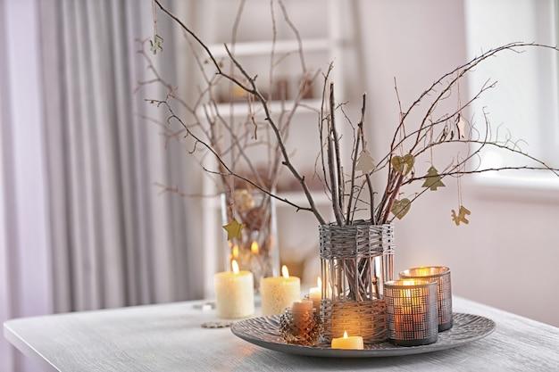 Świąteczna kompozycja na białym drewnianym stole