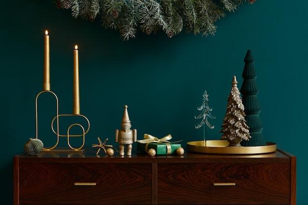 Świąteczna kompozycja na brązowej drewnianej komodzie z dekoracją, choinką, prezentami i akcesoriami w przytulnym wystroju domu. skopiuj miejsce. szablon.
