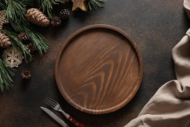 Świąteczna kompozycja na brązowym przytulnym stole do domu