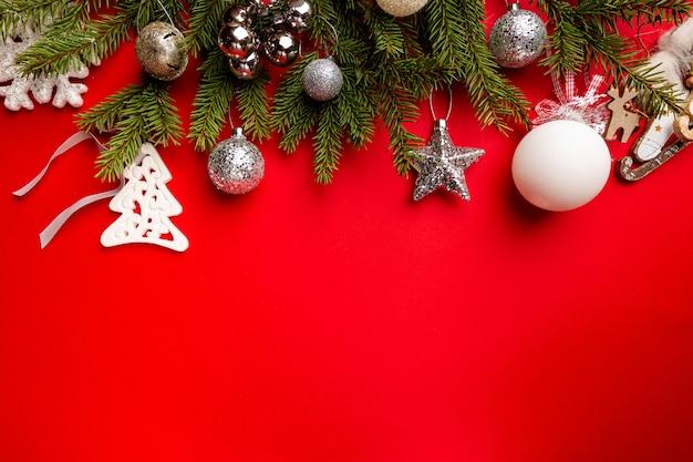 Świąteczna kompozycja na czerwonym tle z miejscem na tekst