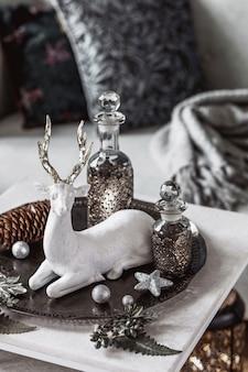 Świąteczna kompozycja na marmurowym stole we wnętrzu salonu z piękną dekoracją chri