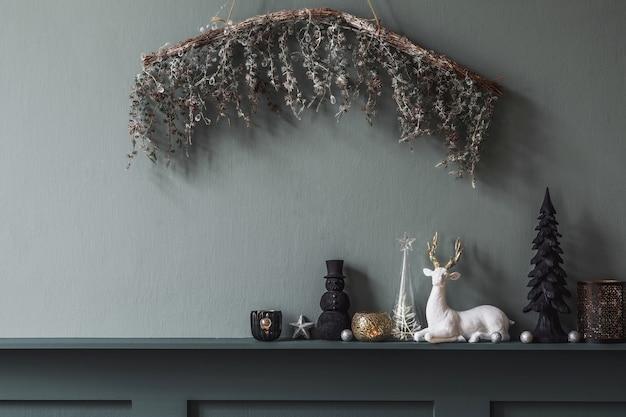 Świąteczna kompozycja na półce we wnętrzu salonu piękna dekoracja choinki