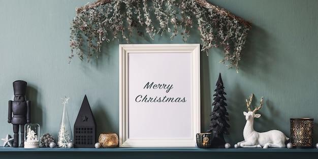 Świąteczna kompozycja na półce we wnętrzu salonu z piękną dekoracją i ramą plakatową mock up. choinki, jelenie, świece, gwiazdki, lekkie i eleganckie dodatki. szablon.