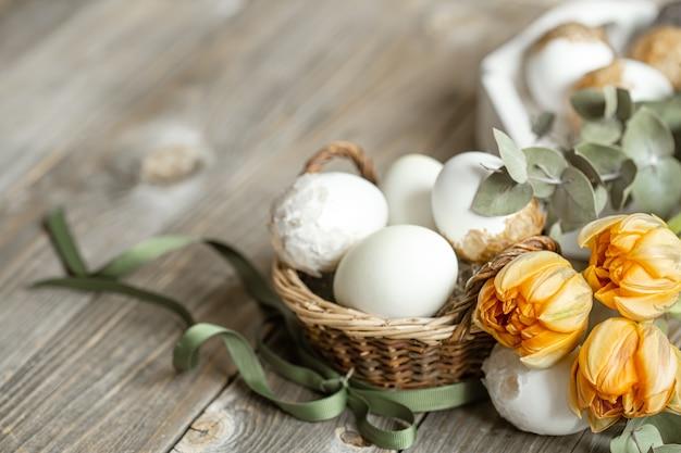 Świąteczna kompozycja na święta wielkanocne ze świeżymi wiosennymi kwiatami i jajkami. koncepcja wystroju wielkanocnego.