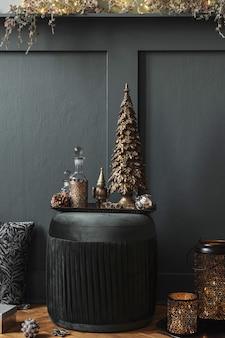 Świąteczna kompozycja na zielonej aksamitnej pufie w salonie piękna dekoracja choinki c