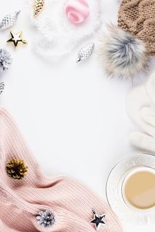Świąteczna kompozycja nastroju ze świątecznym swetrem, czapką, gorącym napojem, dekoracjami. zimowa koncepcja płaski, widok z góry