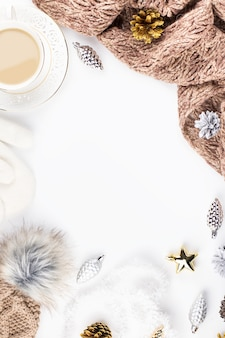 Świąteczna kompozycja nastroju ze świątecznym swetrem kapelusz ozdoby na gorące napoje kopiują przestrzeń