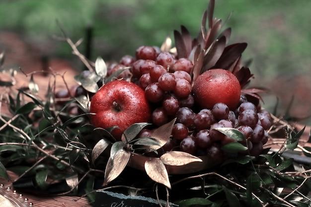 Świąteczna kompozycja owoców na tle trawy.