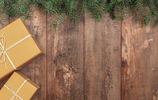 Świąteczna kompozycja prezent świąteczny gałęzie jodły na drewnianym tle rustykalnym