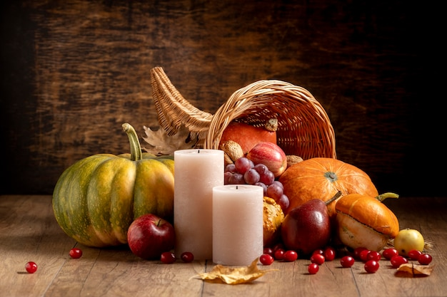 Świąteczna kompozycja róg obfitości z pysznym jedzeniem