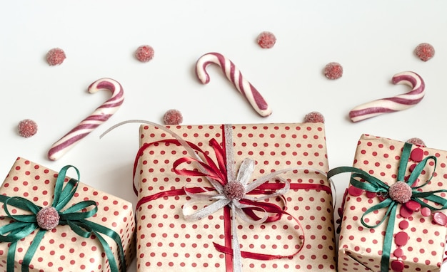 Świąteczna kompozycja różnych pudełek prezentowych zawiniętych w papier rzemieślniczy i ozdobionych satynowymi wstążkami. widok z góry, leżał płasko.