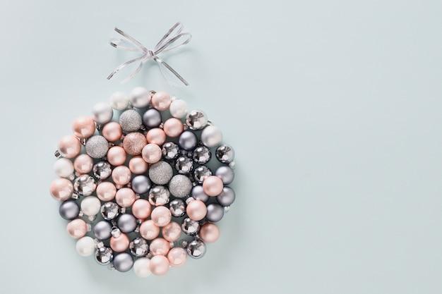 Świąteczna kompozycja świąteczna z błyszczącymi srebrnymi bombkami w kształcie bombki