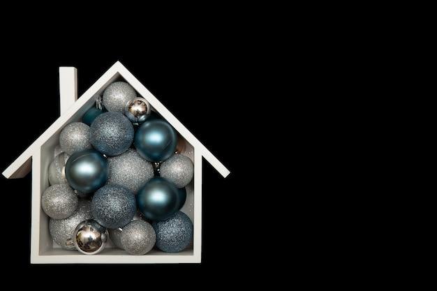 Świąteczna kompozycja świąteczna z domem i bombkami. widok z góry