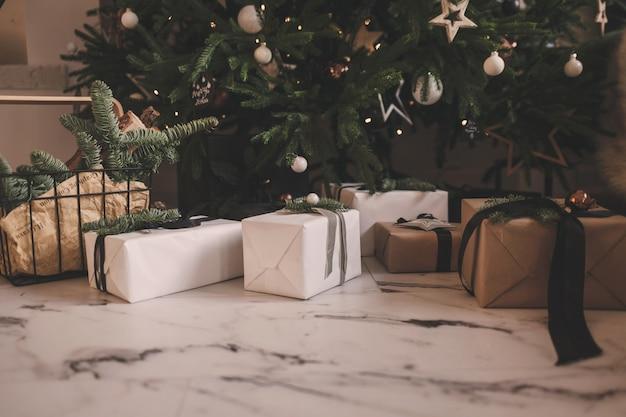 Świąteczna kompozycja świąteczna z pudełkami prezentowymi pod choinką