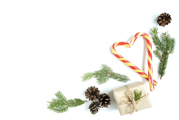 Świąteczna kompozycja szyszek, gałęzi jodłowych, patyczków świątecznych, pudełka na prezenty. widok z góry, płaski układ