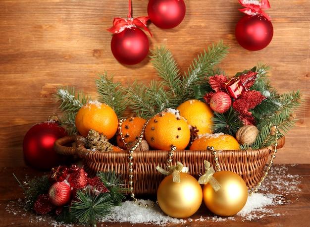 Świąteczna kompozycja w koszu z pomarańczami i jodłą
