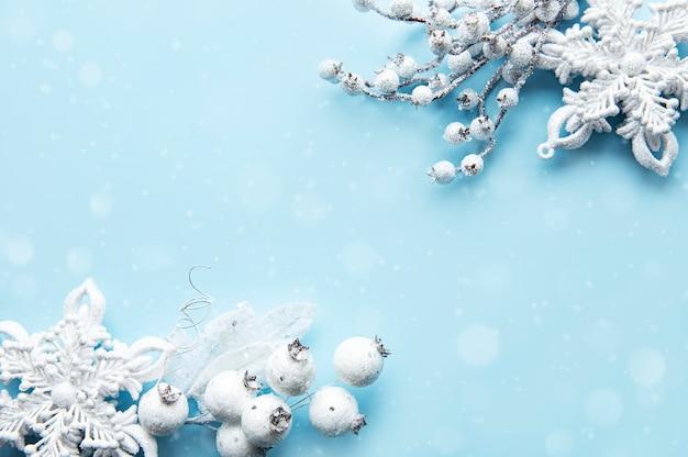Świąteczna kompozycja z białą dekoracją na pastelowo-niebieskiej powierzchni