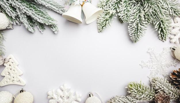 Świąteczna kompozycja z białymi dekoracjami na białym tle z miejscem na kopię
