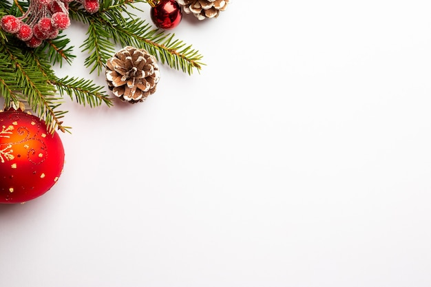 Świąteczna kompozycja z czerwonymi kulkami na białym tle z miejscem na kopię tekstu