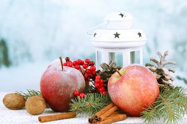 Świąteczna kompozycja z czerwonymi zimowymi jabłkami