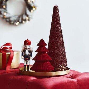 Świąteczna kompozycja z dekoracją, choinką, prezentami i akcesoriami w przytulnym wystroju domu. skopiuj miejsce. biały i czerwony. szablon.