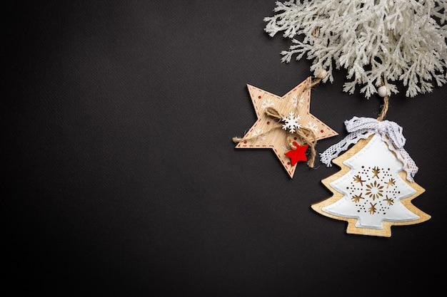 Świąteczna kompozycja z dekoracjami świątecznymi i gałęziami jodły na czarno