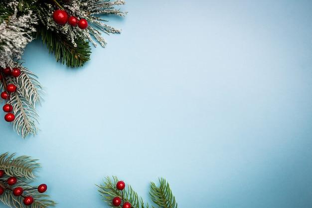 Świąteczna kompozycja z dekoracjami świątecznymi na niebieskim tle z miejscem na kopię