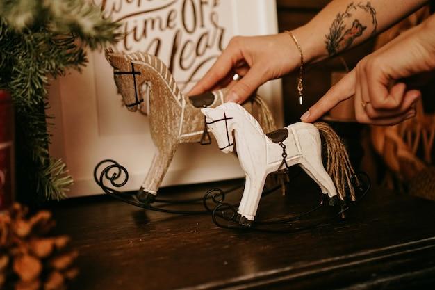 Świąteczna kompozycja z drewnianymi zabawkami koń na biegunach
