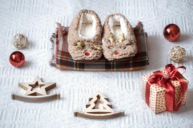 Świąteczna kompozycja z elementami świątecznymi i ozdobami