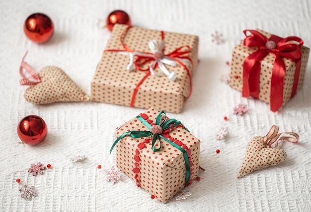 Świąteczna kompozycja z elementami świątecznymi i pudełkami na prezenty