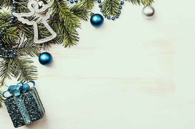 Świąteczna kompozycja z gałęzi jodły i ozdób choinkowych na białym tle drewniane widok z góry z miejsca na kopię
