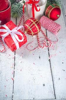 Świąteczna kompozycja z gałęzi jodły wystrój świąteczny i bombki