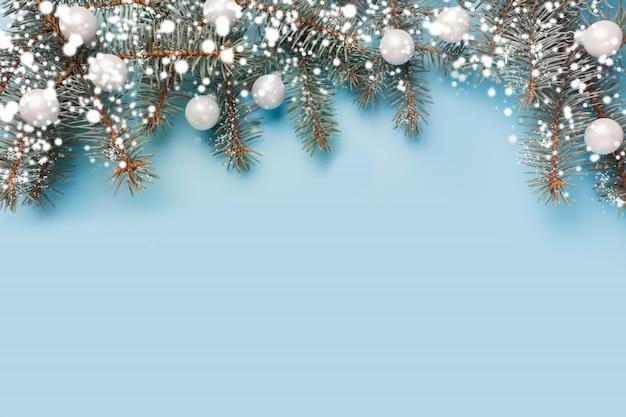 Świąteczna kompozycja z jodłowymi gałęziami drzewa i srebrnymi kulkami