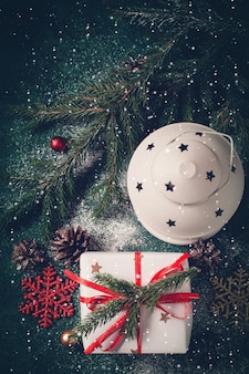 Świąteczna kompozycja z latarnią i prezentem. boże narodzenie kartkę z życzeniami.