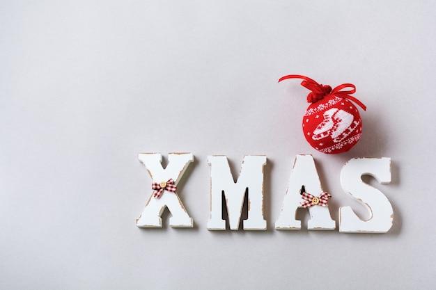 Świąteczna kompozycja z literami xmas i noworoczną dekoracją na szarej powierzchni