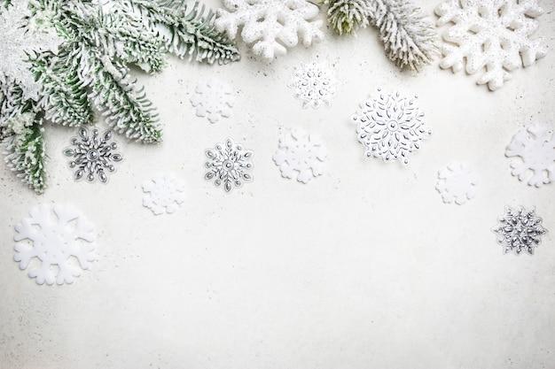 Świąteczna kompozycja z ośnieżonymi gałęziami jodły i płatkami śniegu