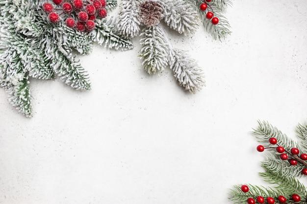 Świąteczna kompozycja z ośnieżonymi gałęziami jodły na białym tle