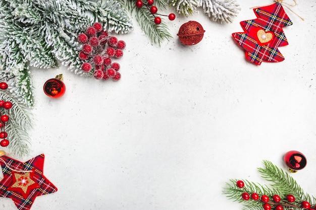 Świąteczna kompozycja z ośnieżonymi gałęziami jodły