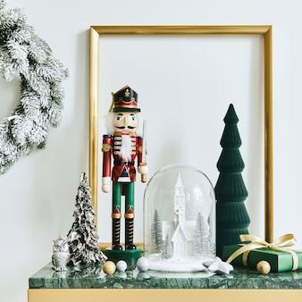 Świąteczna kompozycja z piękną dekoracją, choinką i wieńcem, jelonkiem, prezentami i akcesoriami w nowoczesnym wystroju domu. szablon.