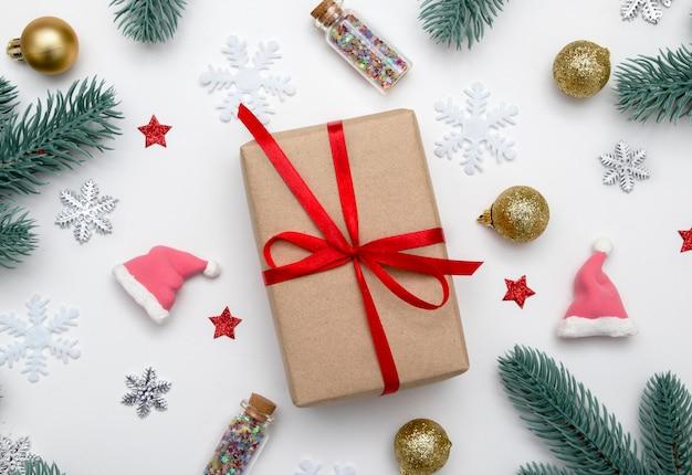 Świąteczna kompozycja z prezentem, gwiazdami, płatkami śniegu i świątecznym wystrojem