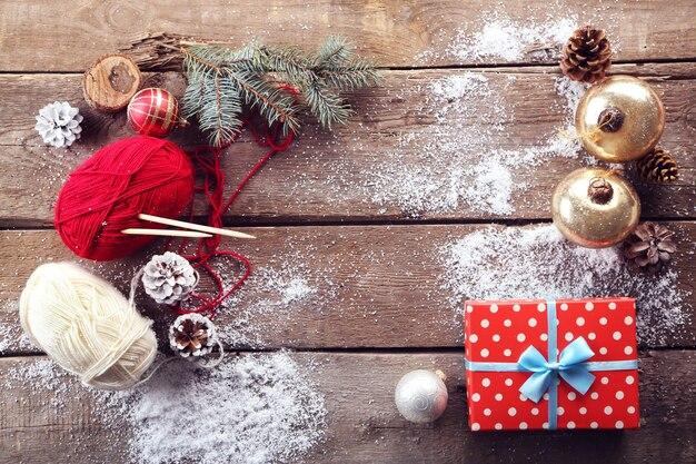 Świąteczna kompozycja z pudełkiem prezentowym i dekoracjami na drewnianym stole