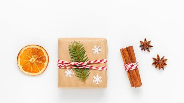 Świąteczna kompozycja z pudełkiem prezentowym i zimowymi przyprawami