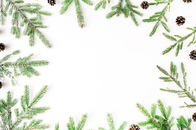 Świąteczna kompozycja z ramą z gałęzi jodłowych i szyszek